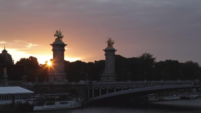 monument of paris, alexandre iii bridge, sunrise - アレクサンドル3世橋点の映像素材/bロール