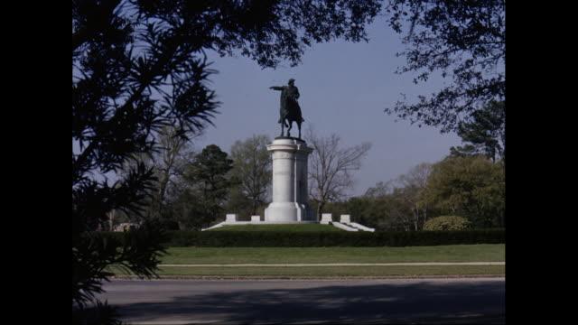 ws monument of sam houston in hermann park / houston, texas, united states - denkmal stock-videos und b-roll-filmmaterial
