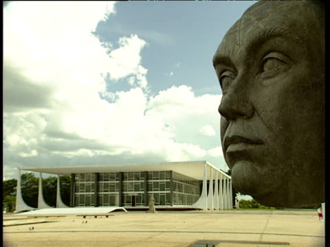 stockvideo's en b-roll-footage met monument to former brazilian president juscelino kubitschek de oliveira supreme federal tribunal in background brasilia - monument