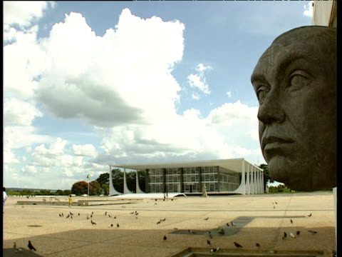 stockvideo's en b-roll-footage met monument to former president of brazil juscelino kubitschek de oliveira in praa dos trs poderes with supreme federal tribunal building brasilia - monument