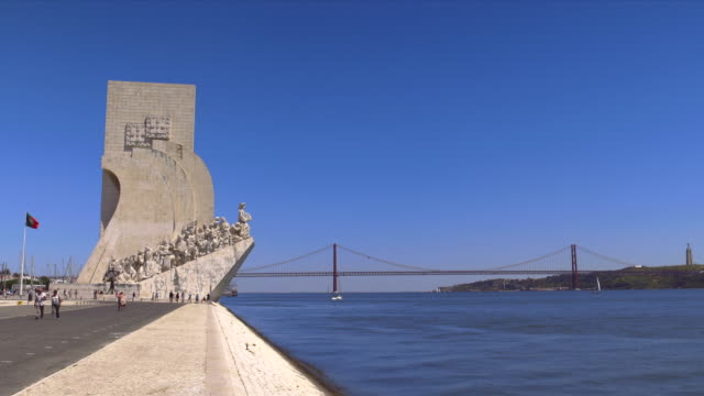 monument to the discoveries in front of the 25 de abril bridge. - 4月25日橋点の映像素材/bロール
