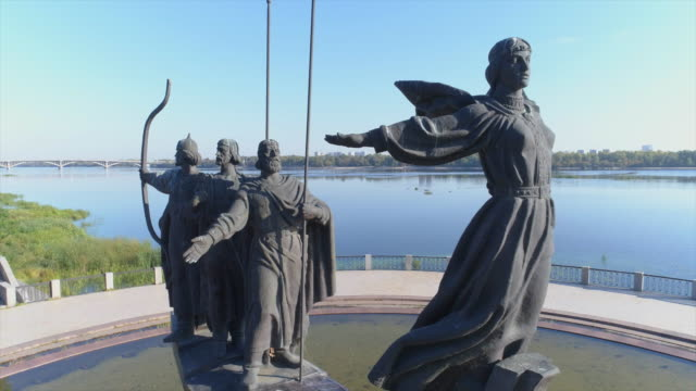 monument to the legendary founders of kiev, one of the symbols of the city - キエフ市点の映像素材/bロール