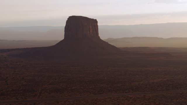 vidéos et rushes de monument valley butte aériennes - monument valley tribal park