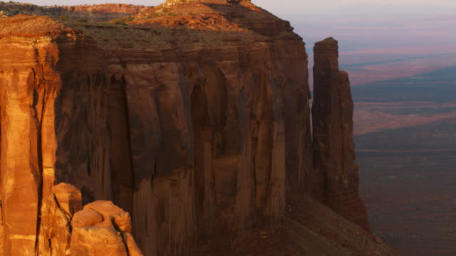 monument valley-antenne - südwestliche bundesstaaten der usa stock-videos und b-roll-filmmaterial