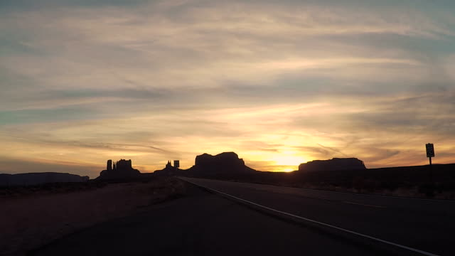 monument valley outstanding rock formations - road trip in the united states - utah video stock e b–roll
