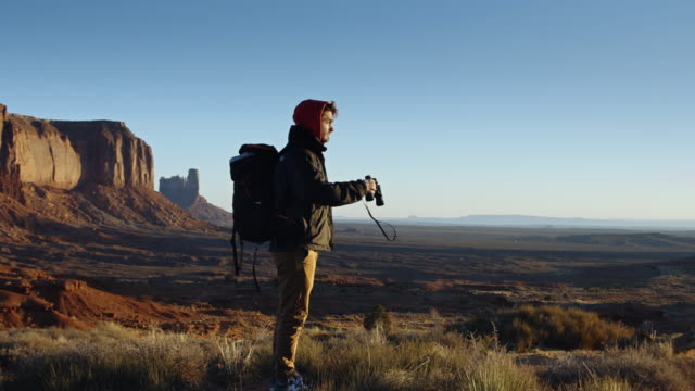 monument valley tourist - kraneinstellung stock-videos und b-roll-filmmaterial