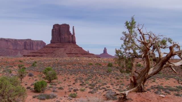 vídeos de stock e filmes b-roll de monument valley, utah - ponto de referência natural