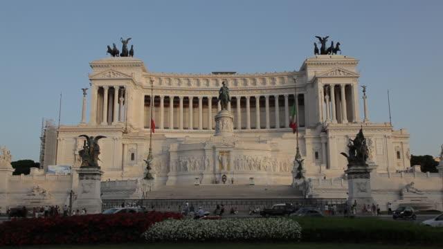 ws ld monumento nazionale a vittorio emanuele ii / rome, italy - männliche figur stock-videos und b-roll-filmmaterial