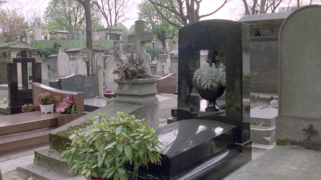 vidéos et rushes de monuments lie close together in a paris cemetery.. - pierre tombale