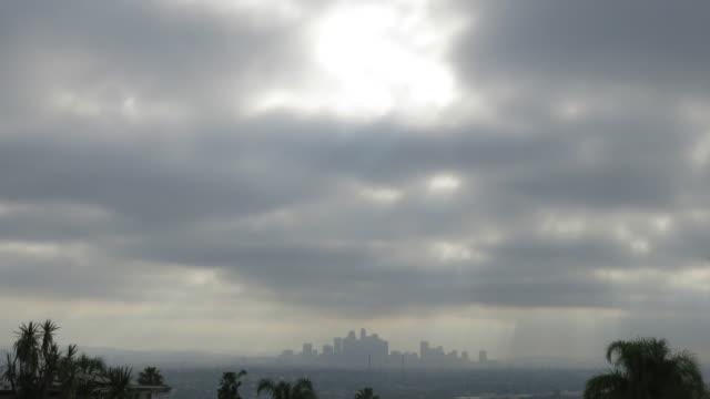 vídeos de stock, filmes e b-roll de moody downtown los angeles skyline - ominoso