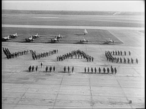 stockvideo's en b-roll-footage met moody field hosts a salute to the women's army corps / servicewomen stand in a formation that spells wac on a tarmac / lines of wacs walk down aisle... - kadet