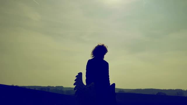 en lynnig morgon med en andlig ängel - ängel bildbanksvideor och videomaterial från bakom kulisserna