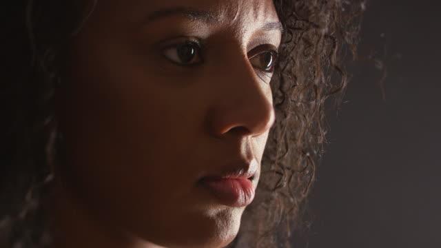 moody portrait of woman - endast unga kvinnor bildbanksvideor och videomaterial från bakom kulisserna