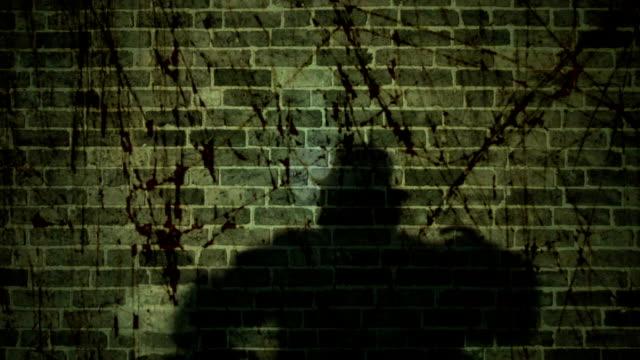 vídeos de stock, filmes e b-roll de moody sombra homem aparecendo e bater - ominoso