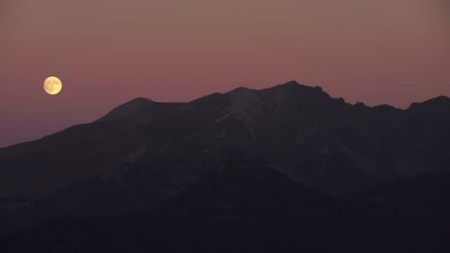 月と山 (コーカサス) - 丘点の映像素材/bロール