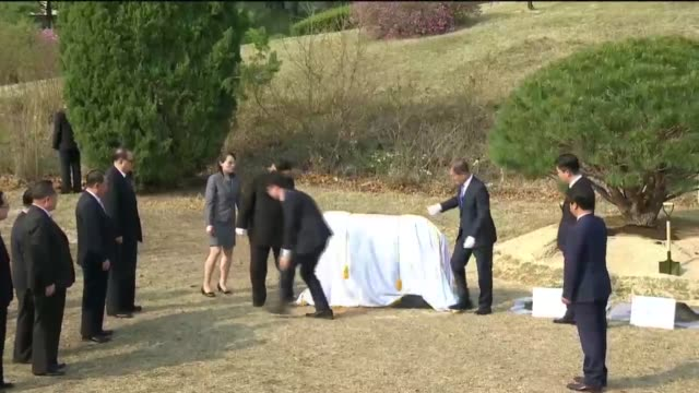 vídeos y material grabado en eventos de stock de moon jaein south korea's president and kim jong un north korea's leader unveil a memorial stone in the village of panmunjom in the demilitarized zone... - corea