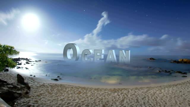 Maan instelling over een tropisch strand
