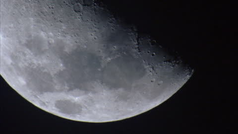 vidéos et rushes de moon slowly sets at night, new britain, png - lune