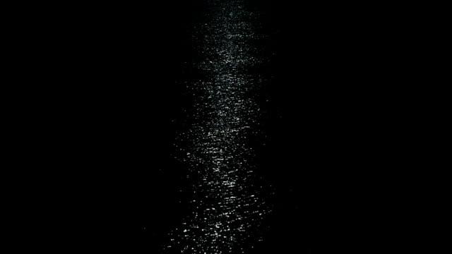mondlicht auf dunkle meer - spiegelung stock-videos und b-roll-filmmaterial
