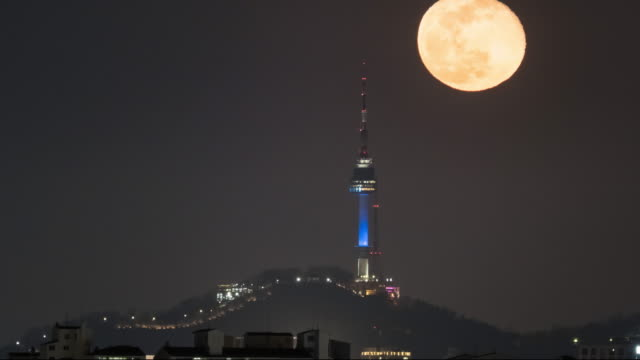 moonrise over n seoul tower / seoul, south korea - 自然現象点の映像素材/bロール