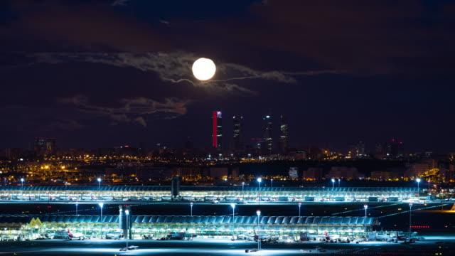 vídeos y material grabado en eventos de stock de moonset time-lapse of madrid skyline and barajas airport termina 4 - airport
