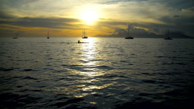 vídeos de stock e filmes b-roll de moorea island from tahiti at sunset south pacific - povo polinésio