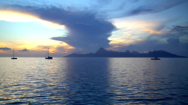 moorea island from tahiti at sunset south pacific - ポリネシア人点の映像素材/bロール