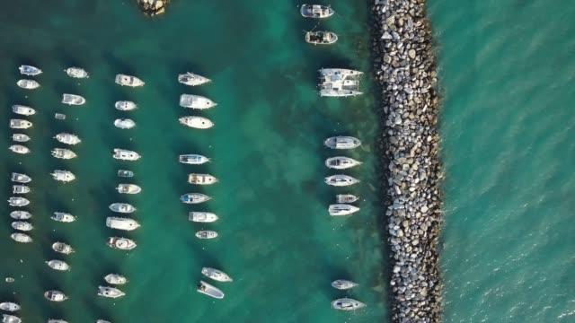 Barcos amarrados desde punto de vista de abejón