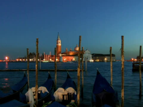 t/l ws moored gondolas floating on grand canal with tour boats and church of san giorgio maggiore in background / venice, italy - ausflugsboot stock-videos und b-roll-filmmaterial