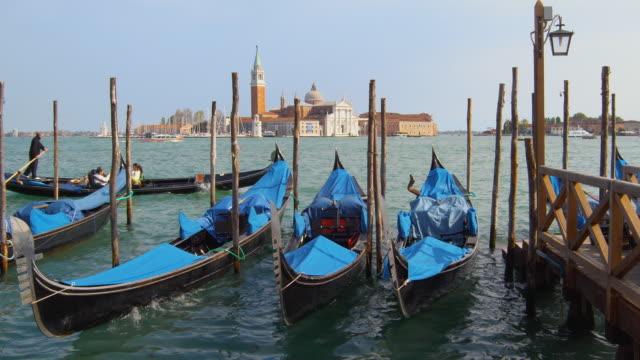 vídeos de stock e filmes b-roll de ws moored gondolas with san giorgio maggiore church in background, venice, italy - estilo do século 16