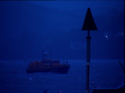 vídeos de stock e filmes b-roll de moored life boat in slightly choppy coastal seas devon - barco salva vidas