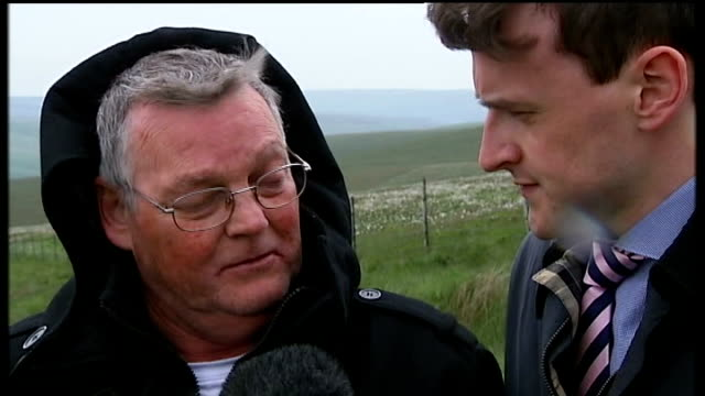 ian brady refused transfer to prison; greater manchester: saddleworth moor: ext set-up shot reporter and terry kilbride on moor terry kilbride... - 50 seconds or greater点の映像素材/bロール