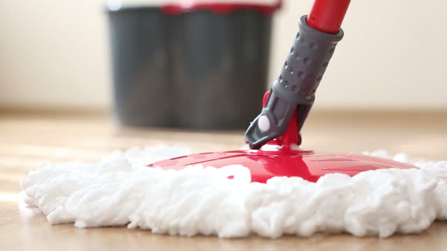 vidéos et rushes de mopping the floor - plus près. - produit d'entretien