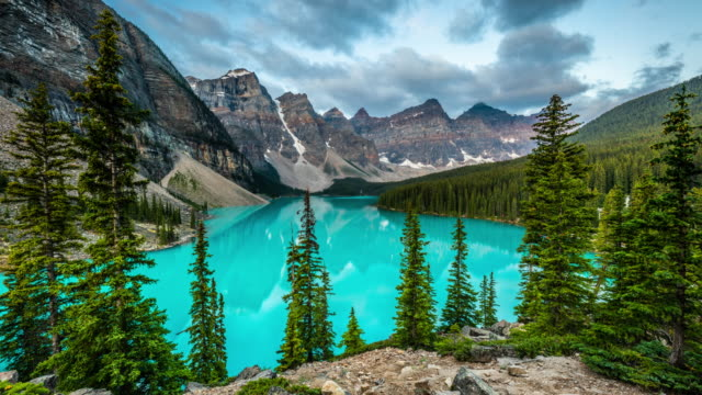 moraine lake in banff national park canada - time lapse - valley of the ten peaks stock videos & royalty-free footage