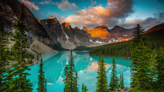 moraine lake sunset, banff national park, canada - time lapse - valley of the ten peaks stock videos and b-roll footage