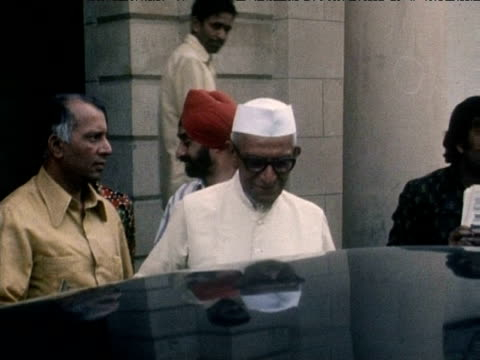 morarji desai leader of peoples party gets into car surrounded by supporters just before successful campaign in national elections delhi; mar 77 - veicolo di terra per uso personale video stock e b–roll