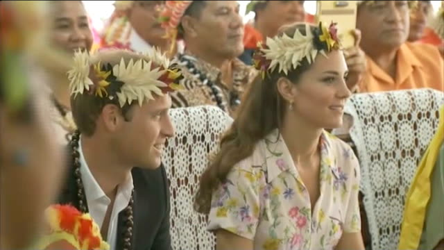 more magazines publish topless photographs of duchess of cambridge; tuvalu: prince william and duchess of cambridge wearing garlands of flowers on... - polynesischer abstammung stock-videos und b-roll-filmmaterial