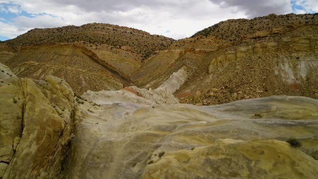 vídeos de stock, filmes e b-roll de mais do voo para baixo os monólitos de crista - cottonwood canyon