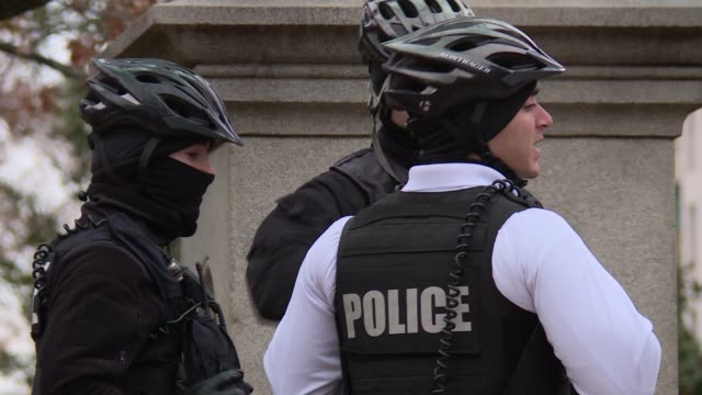 stockvideo's en b-roll-footage met more secret service agents in their uniforms milling around on the lafayette park side of the white house some some on foot some have bicycles 4 of 5... - geheime dienstagent