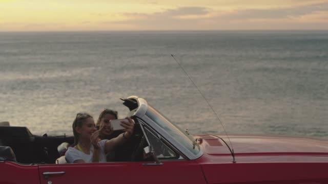 vidéos et rushes de plus de selfies sur la route - voiture décapotable
