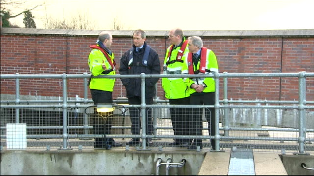 more stormy conditions and heavy rain in england and wales maidenhead various shots of owen paterson mp chatting to environment agency workers on... - オーウェン・パターソン点の映像素材/bロール