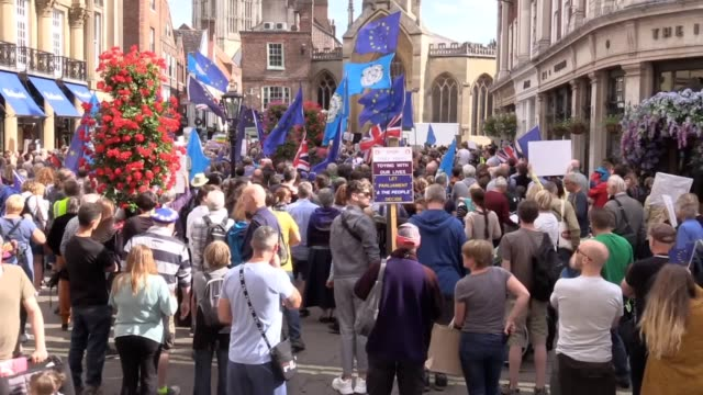 vidéos et rushes de more than 1,000 people gather in the centre of york to protest against boris johnson's decision to prorogue parliament. demonstrations are underway... - yorkshire