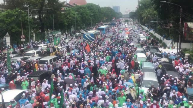 more than 100000 indonesians descend on jakarta's grand mosque to call on people to vote for muslim candidates running against the city's incumbent... - indonesian ethnicity stock videos & royalty-free footage