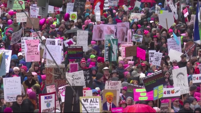 more than 100000 people assemble in seattle hoisting antidonald trump placards and donning pink hats for a second nationwide women's march opposing... - stato di washington video stock e b–roll