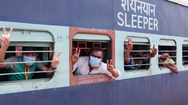 vidéos et rushes de more than 1,186 pilgrims and migrant worker's arrive in dankuni junction of west bengal by a special train from ajmer during a government-imposed... - fête religieuse