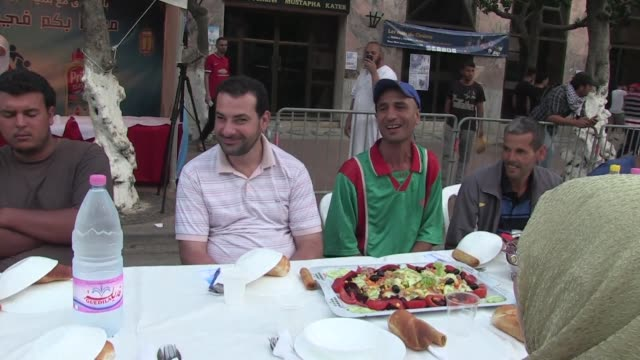 More than 1200 people broke the fast of ramadan Friday evening in the centre of Algiers