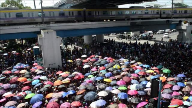 more than 15 million people converged on the philippine capital monday for a powerful christian sects evangelical event causing traffic chaos that... - isola di luzon video stock e b–roll