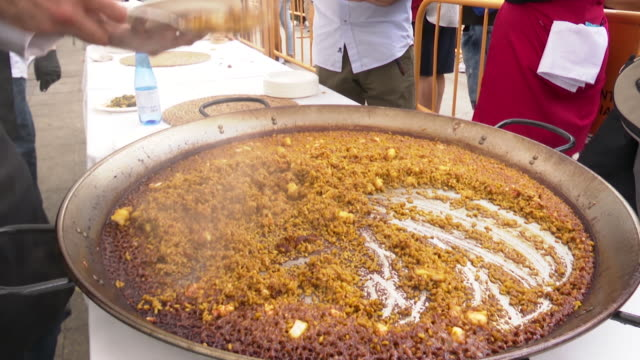more than 1,500 portions of paella, the traditional valencian dish, have been distributed to taste for free in the valencia town hall square during... - パエリヤ点の映像素材/bロール