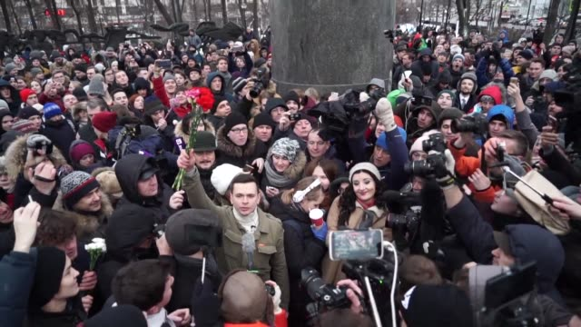 more than 15000 russians on sunday endorsed the candidacy of alexei navalny seen as the only russian opposition leader who stands a fighting chance... - nazionalità russa video stock e b–roll