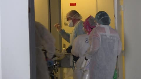 stockvideo's en b-roll-footage met more than 40 coronavirus patients from the greater paris area arrive in the western french region of brittany aboard medicalised trains - 40 seconds or greater